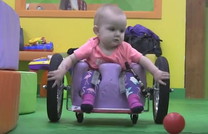 YouTube: Esta bebé en silla de ruedas se tomas las redes