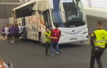 Fan de Ronaldo persigue bus del Real Madrid por un autógrafo