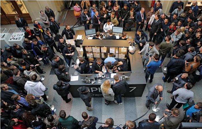 Locura en Moscú por el iPhone 7. Foto:EFE
