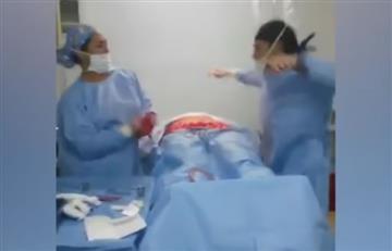 El médico que interrumpe cirugía y empieza a bailar