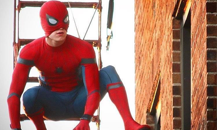 Nuevo spider man sorprende en ropa interior cine for Ropa interior de colombia