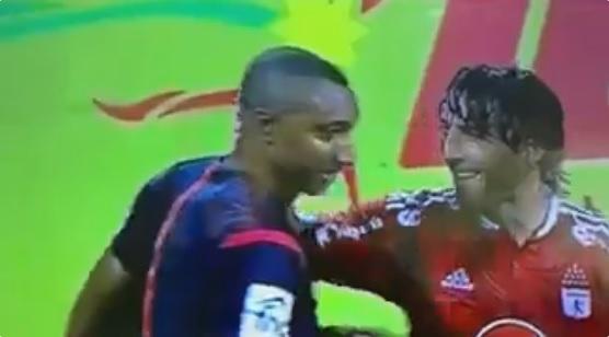 Farias se ríe con el árbitro Murilo. Foto: Twitter