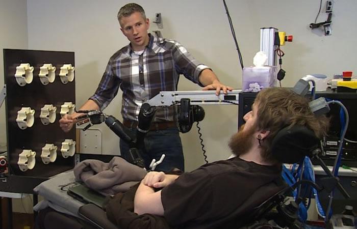 Joven recupera el tacto por un implante cerebral y un brazo robótico
