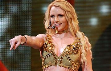 Britney Spears por poco y muestra uno de sus senos