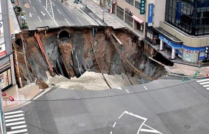 En Japón se hundió una avenida y generó caos