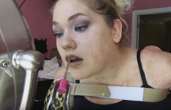 YouTube: Joven sin brazos ni piernas triunfa con sus tutoriales de maquillaje