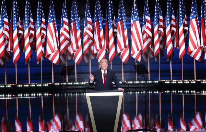 Internautas agregan emoji de excremento en la web de Trump. Foto: Facebook