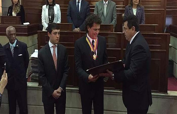 Carlos Vives es condecorado en el Congreso