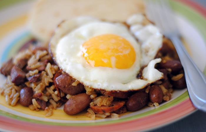 El calentado es uno desayunos más tradicionales de los colombianos. Foto: YouTube