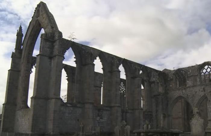 Misteriosa foto enseña supuesto rostro en monasterio abandonado. Foto: Youtube