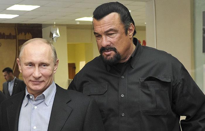 Vladímir Putin entregó pasaporte ruso al actor Steven Seagal