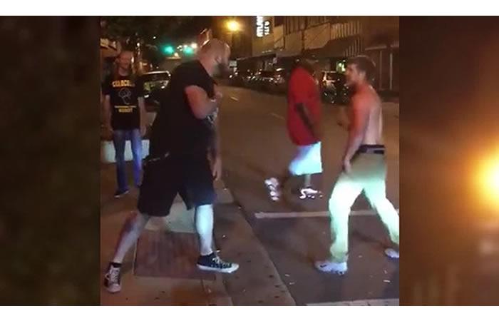 Vídeo: Ebrio es noqueado por luchador a la salida de un bar