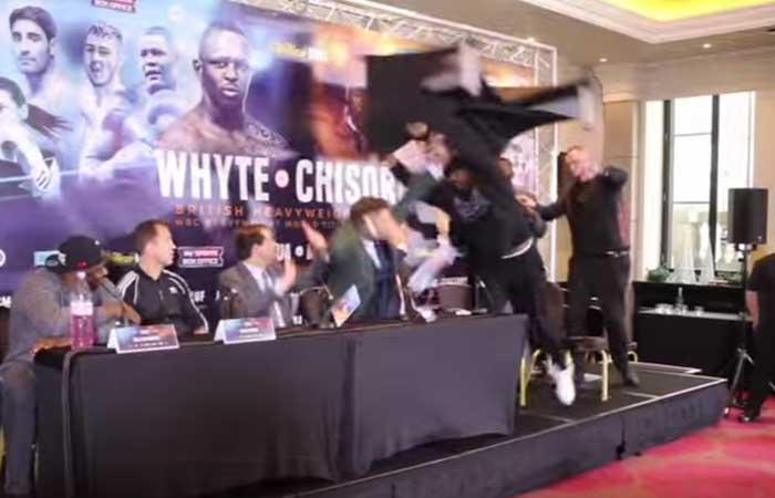 Boxeador lanzó una mesa a su rival en plena rueda de prensa