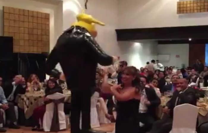 Piñata de Donald Trump es destruida por senadores