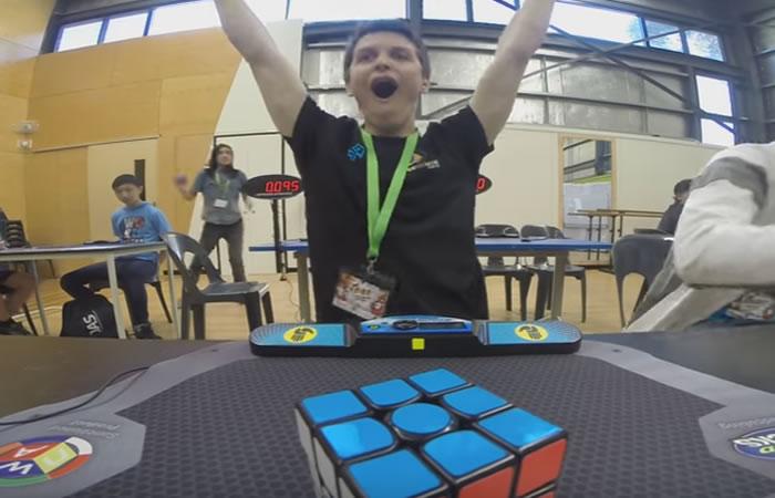 Récord mundial: Joven resuelve cubo Rubik en menos de 5 segundos