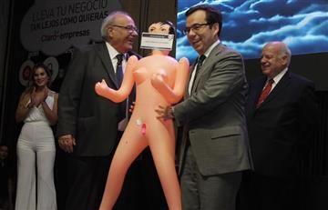 """Chile: Ministro recibe muñeca inflable para """"estimular"""" la economía"""