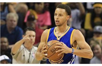 Stephen Curry hace una jugada que hace alucinar al basket