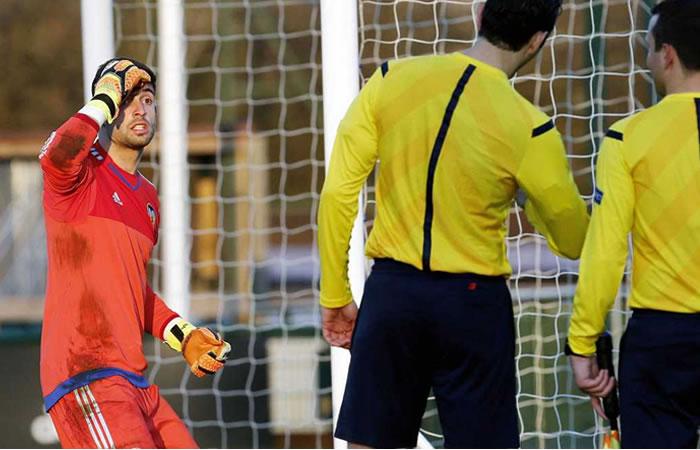 Fútbol: Árbitro pitó penalti a un arquero que la agarró con la mano