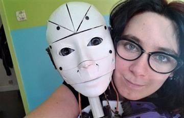 Mujer está enamorada de un robot y quiere casarse con él