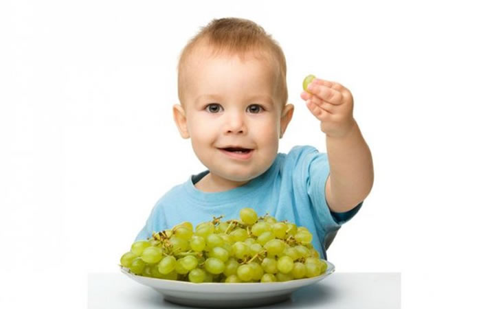 ¿Cómo hacer que los niños no se atoren con las uvas?