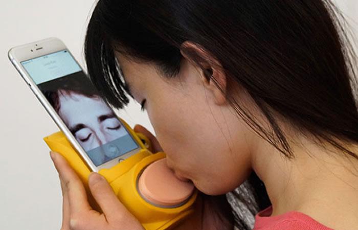 Kissenger: Aparato simula los besos que te envían a distancia