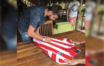 """Gerard Piqué firmando autógrafos: """"¡Junior tu papá!"""""""
