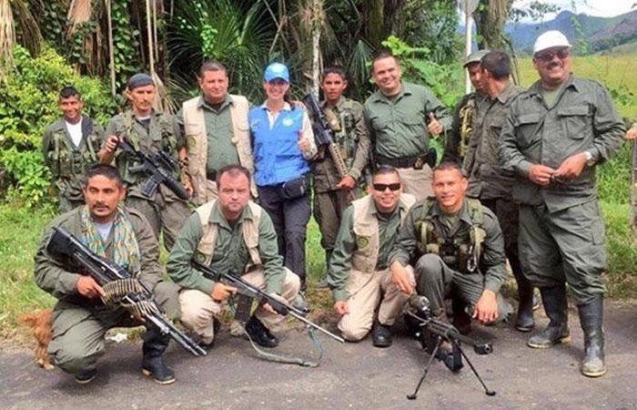 Polémica foto de guerilleros de las Farc y policía con armas