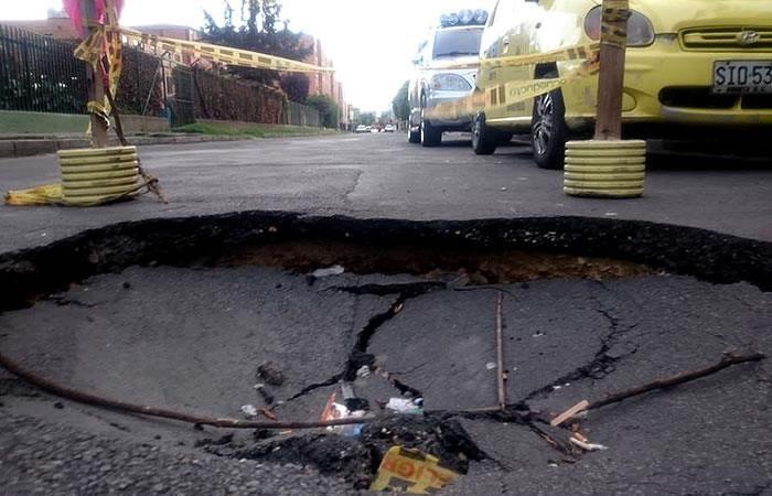 El cráter que es un peligro en un barrio de Bogotá