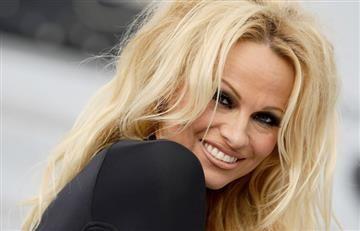 Pamela Anderson luce un rostro diferente en gala benéfica