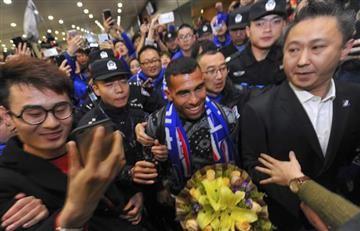 Carlos Tévez fue recibido como un todo un ídolo en China