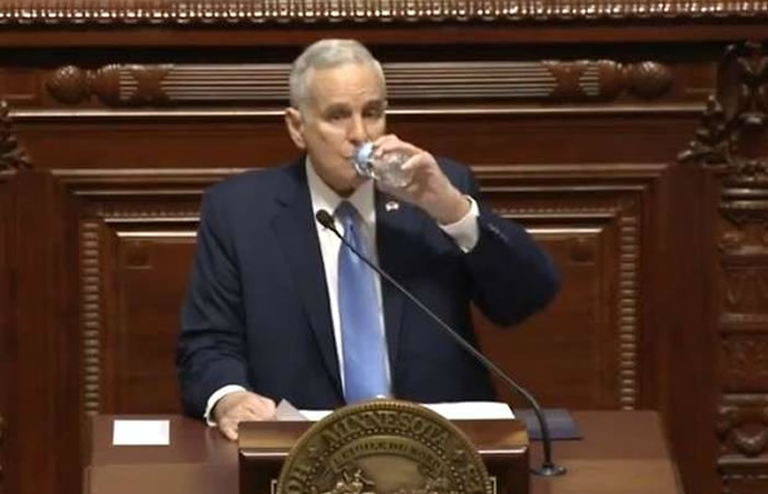 Gobernador se desploma en medio de un discurso