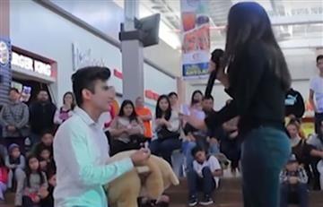 Le pide matrimonio en pleno centro comercial y este fue el resultado
