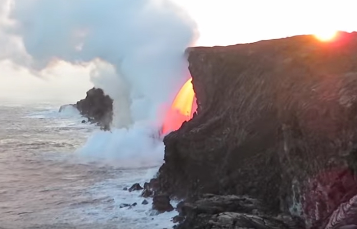 Hawái: Río de lava desemboca en el Océano Pacífico