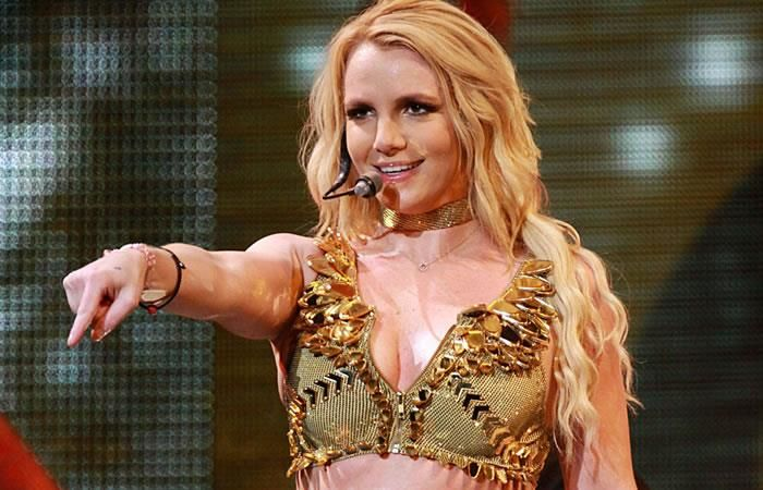 Britney Spears mostró uno de sus senos en pleno concierto