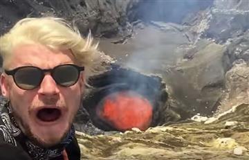 Jóvenes se graban junto a volcán a punto de hacer erupción