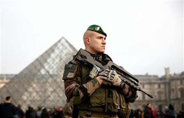 París: Soldado dispara cinco veces contra un atacante en el museo del Louvre