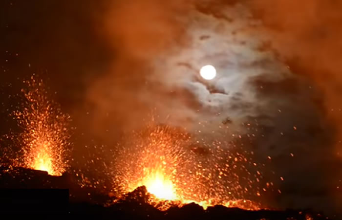 YouTube: Volcán ilumina el cielo nocturno