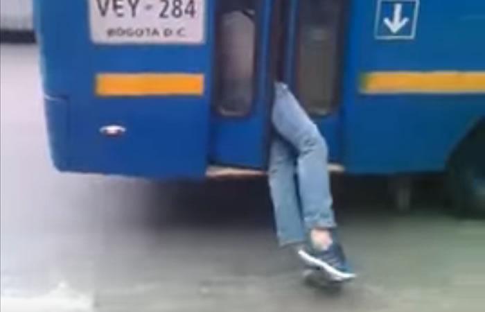 Vídeo – Un conductor de autobús atrapa a un ladrón con las puertas