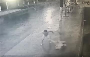 Youtube: Hombre desnudo golpea a una mujer en la calle