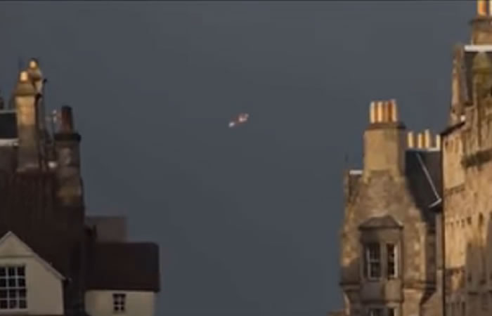 Francia: Aparece OVNI color naranja en forma de nave