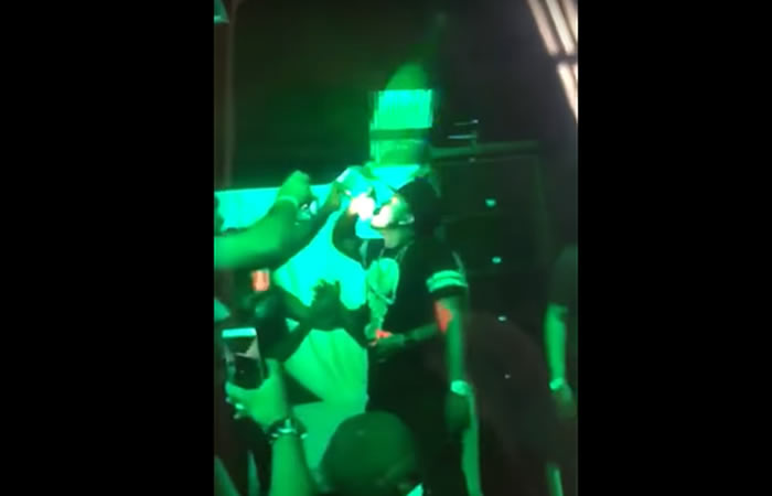 El hombre que apostó tomarse una botella de tequila sin parar. Foto:YouTube