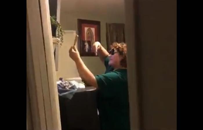La viral reacción de una madre descubierta mientras se toma una selfie