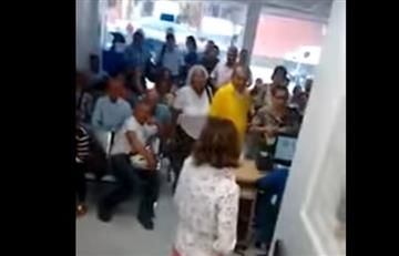 Vídeo: Mujer orinó en caneca de basura porque no le prestaron el baño