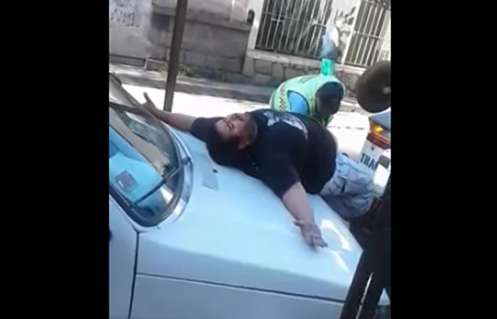 YouTube: La particular reacción de un conductor para evitar una sanción