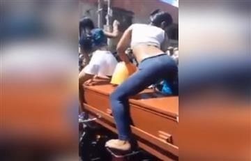 YouTube: Polémico vídeo en el que despiden a un muerto bailando sobre su ataúd