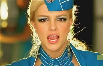 Asistente de vuelo se vuelve viral al bailar como Britney Spears