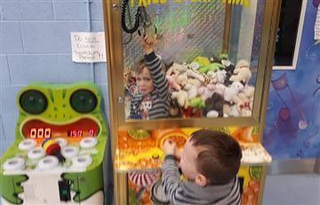 Video: Niño quedó atrapado en una máquina de muñecos