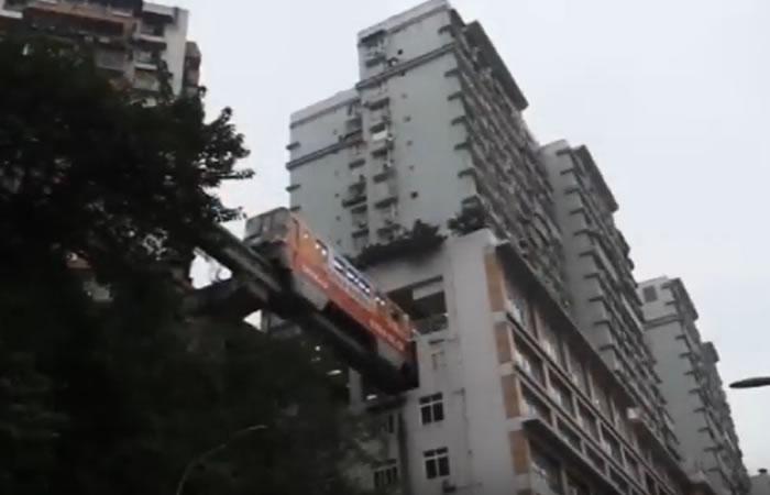 Youtube: El metro que atraviesa un edificio en China
