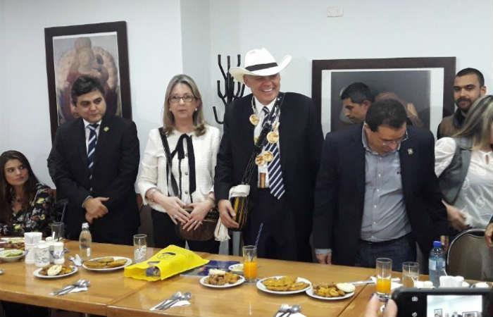 Exprocurador Ordóñez fue condecorado con un collar de arepas