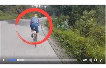 Colombiano de 72 años da 'sopa y seco' a ciclistas subiendo montaña